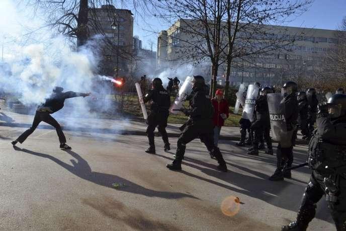 Sarajevo, vendredi 7 février 2014 : manifestants et forces de police s'affrontent.