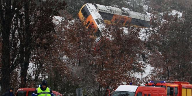 Un wagon du train des Pignes est suspendu dans le vide après avoir heurté plusieurs rochers sur la voie.