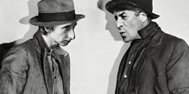 Les deux fondateurs du magazine,  Pierpaolo Ferrari et Maurizio  Cattelan (ci-contre, parodiant le film  Beggars of Life) détournent les codes de la pub, de la mode et du cinéma  (ci-dessus, photo parue dans le no8). Photo:Pierpaolo Ferrari d'aprés une photo John Springer Collection/CORBIS