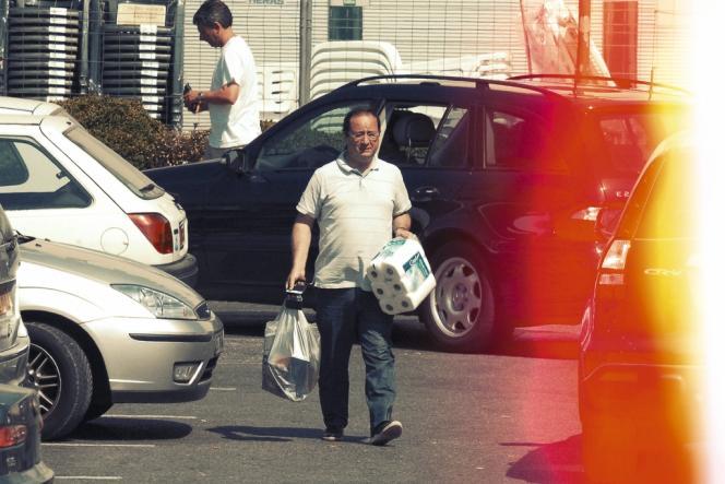 François Hollande en vacances, en juillet 2007, shooté par un paparazzi à la sortie d'un supermarché.