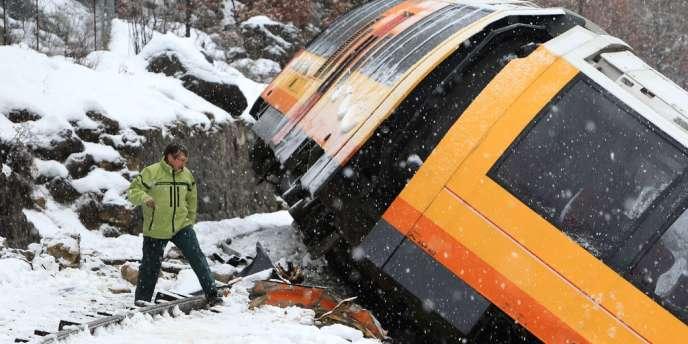 Le wagon renversé du train des Pignes, près de Dignes-les-Bains, le 8 février.