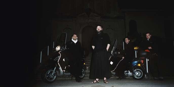 Grégoire-Marie Daniault  (au centre) officie à Meyzieu,  en banlieue lyonnaise, avec Jean-Baptiste Balaÿ (à droite) et Edouard de Vregille  (à gauche). Paul Cossic (à l'extrême droite) est encore séminariste.