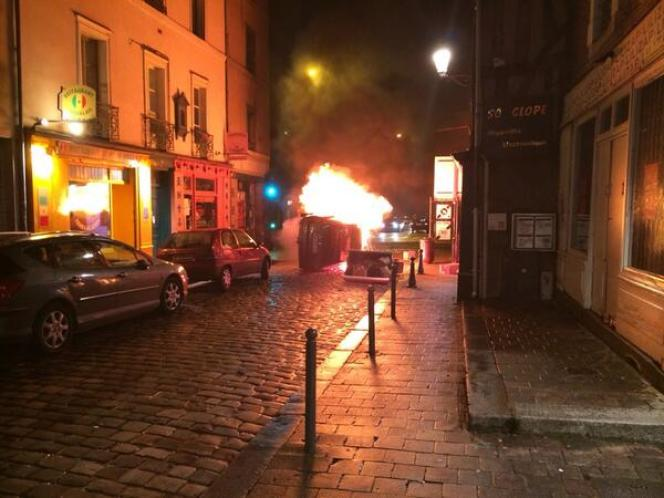 Voiture en feu rue Saint-Malo lors de heurts ente manifestants hortiles au FN et forces de l'ordre le 7 février à Rennes.