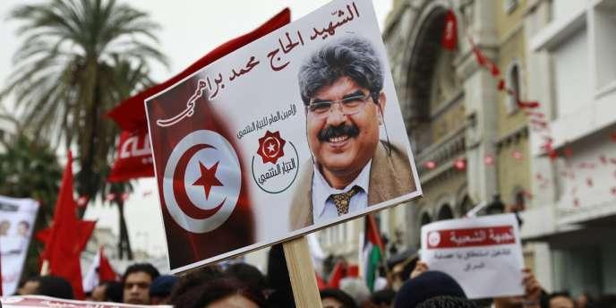 Un manifestant porte un portrait de Mohamed Brahmi, le 14 janvier à Tunis.