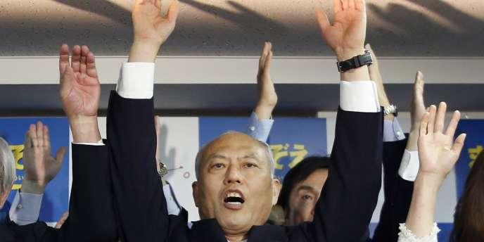 Yoichi Masuzoe à l'annonce des premiers résultats le donnant vainqueur pour le gouvernorat de Tokyo, le 9 février.