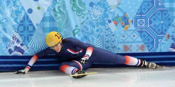 Véronique Pierron, seule Française alignée dans l'épreuve de short-track (patinage de vitesse), a été éliminé des qualifications après une chute.