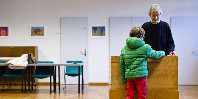Dans un bureau de vote d'Ascona, en Suisse, le 9 février.