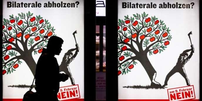 Devant une affiche électorale pour le vote sur l'immigration massive à Zurich, le 6 février.