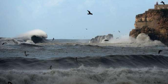 Une vague géante approche du phare de Nazaré au Portugal, le 2 février.