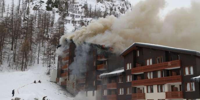 L'incendie s'est déclaré au cinquième étage d'un immeube communal de Val-d'Isère, lundi.