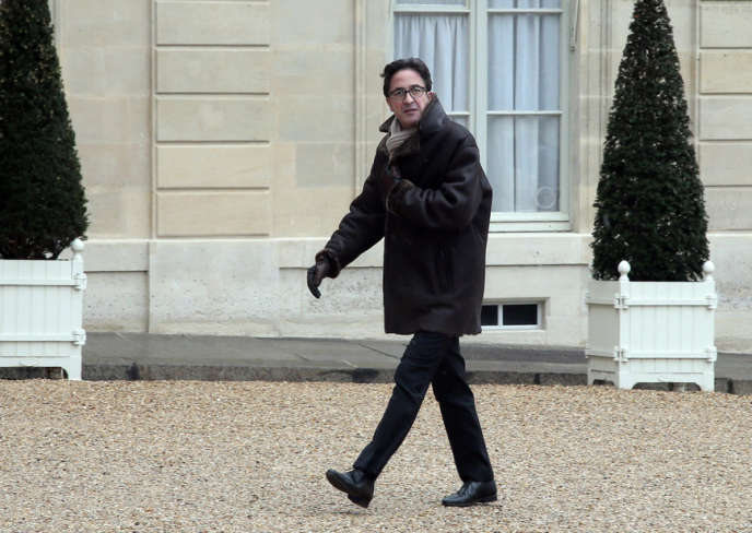Aquilino Morelle, conseiller politique de François Hollande, dans la cour de l'Elysée, le 25février2013.