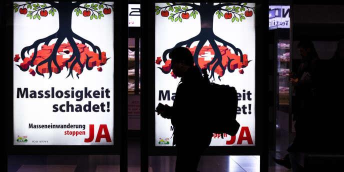 Affiche de l'UDC en faveur de la «fin de l'immigration massive» en Suisse, approuvée par les électeurs suisses.