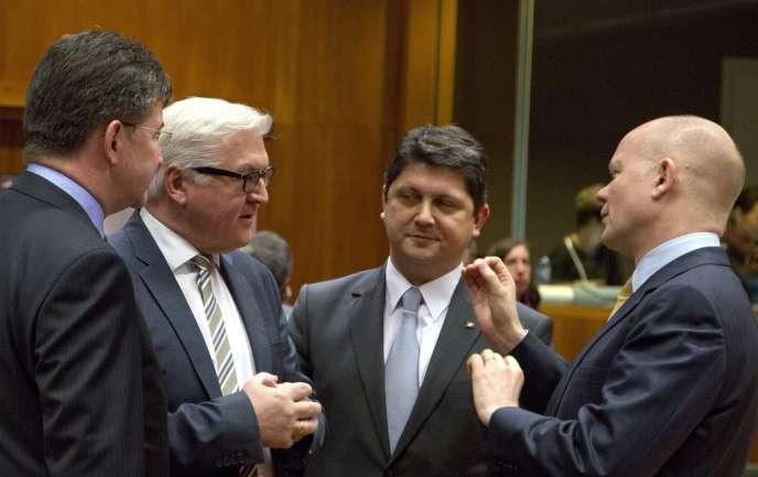 Le ministre britannique des affaires étrangères, William Hague, à droite, en conversation avec ses homologues slovaque, Miroslav Lajcak, et allemand,  Frank-Walter Steinmeier, le 10 février à Bruxelles.