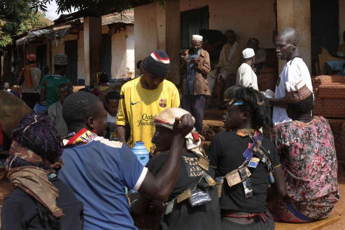 Des miliciens anti-Balaka devant une boutique tenue par un musulman, près de la mosquée de Yaloké, le 10 février.
