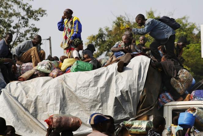 Pour fuir la ville de Bangui, des milliers de musulmans, escortés par des troupes tchadiennes se servent de tous les moyens de transport possibles.