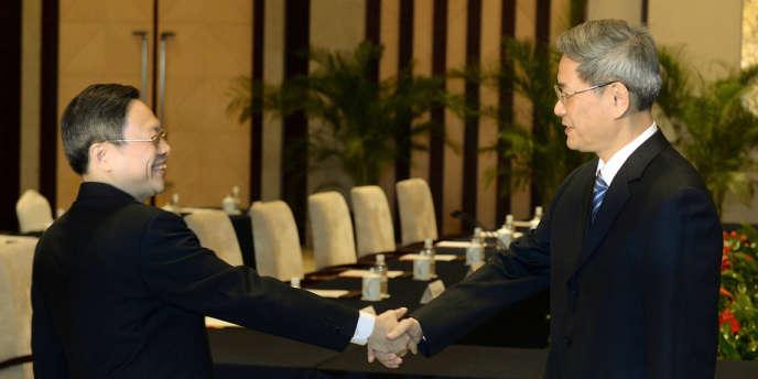 Wang Yu-chi, officiel taïwanais chargé des relations avec la Chine continentale, et son homologue Zhang Zhijun, chef du bureau chinois des affaires taïwanaises, à Nankin, le 11 février.