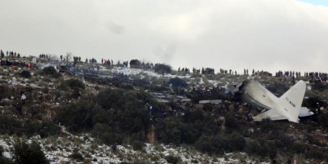 La carcasse de l'avion militaire qui s'est écrasé, mardi 11 février, en Algérie.