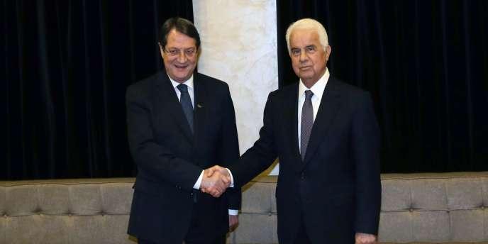Le président chypriote Nicos Anastasiades (à gauche) et le dirigeant de la République turque autoproclamée de Chypre du Nord, Dervis Eroglu à Nicosie, mardi 11 février 2014.