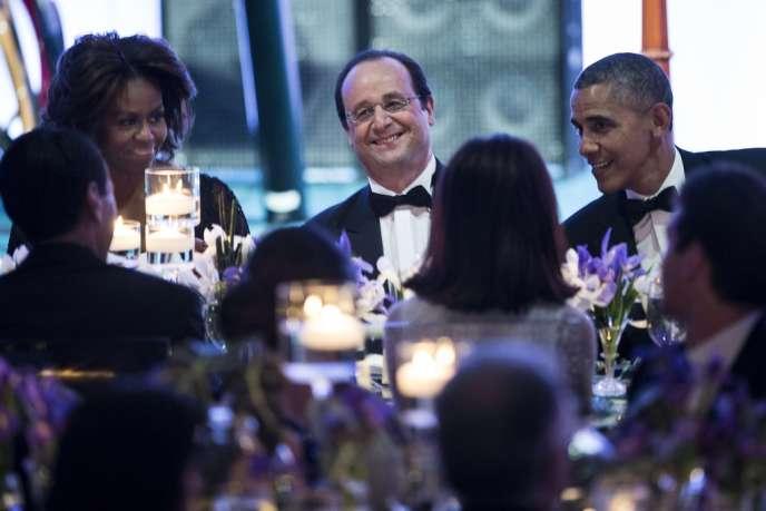 Lors du dîner de gala donné en l'honneur du président français François Hollande, assis entre Michelle et Barack Obama, mardi 11 février 2014, à Washington.