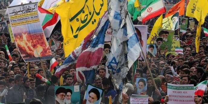 Des manifestants brûlent des drapeaux britannique et israélien place de la Liberté à Téhéran, le 11 février, jour anniversaire de la révolution islamique de 1979.