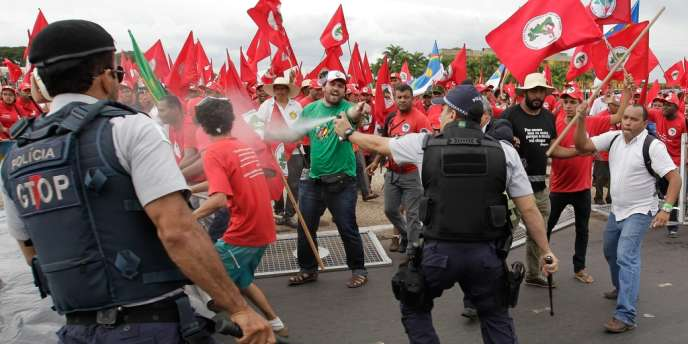 La police a utilisé des gaz lacrymogènes et des tirs de balles en caoutchouc pour disperser les manifestants, mercredi.