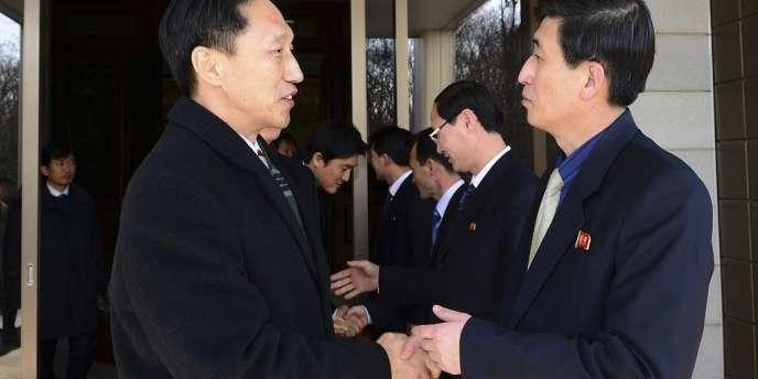Le ministre de l'unification sud-coréen Lee Duk-haeng (gauche) et son homologue nord-coréen, Park Yong-il, le 5 février 2014.