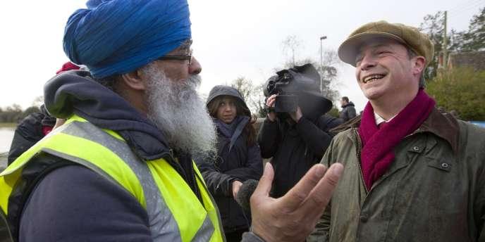Le dirigeant du UKIP, Nigel Farage, visite un village inondé dans le Somerset, le 9 février.
