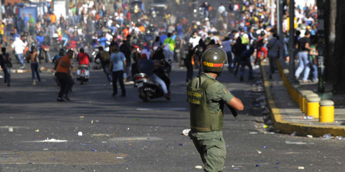 Cette marche s'est également terminée par de brèves échauffourées entre forces de l'ordre et manifestants, qui ont lancé des pierres sur les policiers.