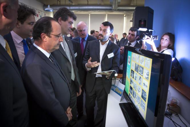 Jean-SŽébastien Grail, fait une démonstration de myBlee à François Hollande.