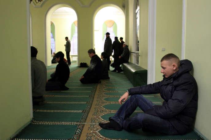 Dans la mosquée centrale d'Oufa, située près de la présidence, les croyants viennent prier plusieurs fois par jour.
