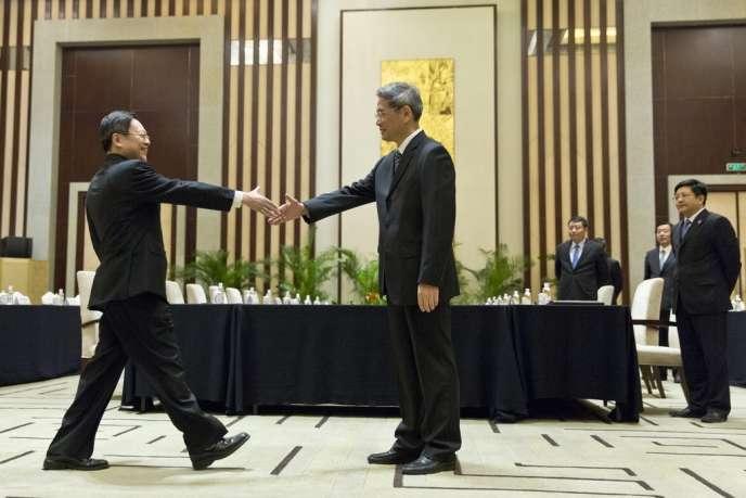 Le Taïwanais Wang Yu-chi et le Chinois Zhang Zhijun, à Nankin, mardi 11 février 2014.