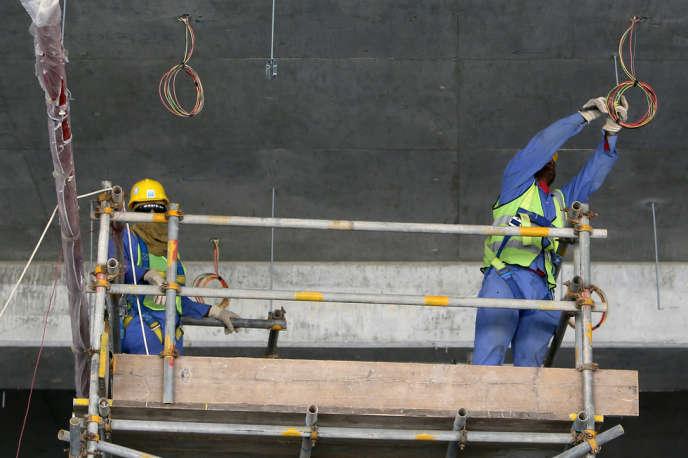 Travailleurs immigrés sur un chantier de Doha, en octobre.