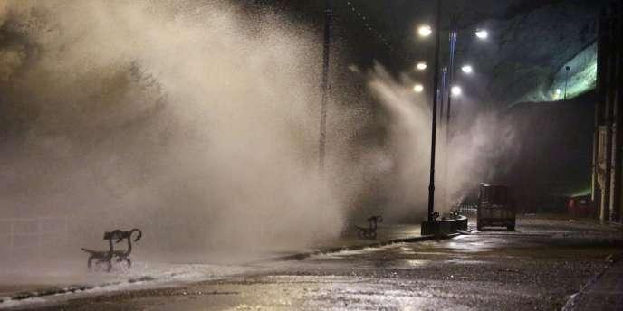 Quelque 147 000 foyers sont privés d'électricité, particulièrement au pays de Galles, après des chutes de lignes à haute tension.