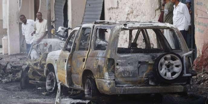 Lundi à Mogadiscio, les explosions séparées de deux bombes visant des responsables du gouvernement somalien avaient tué un garde et blessé un responsable militaire.