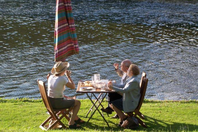 Repas en bord de Seine.