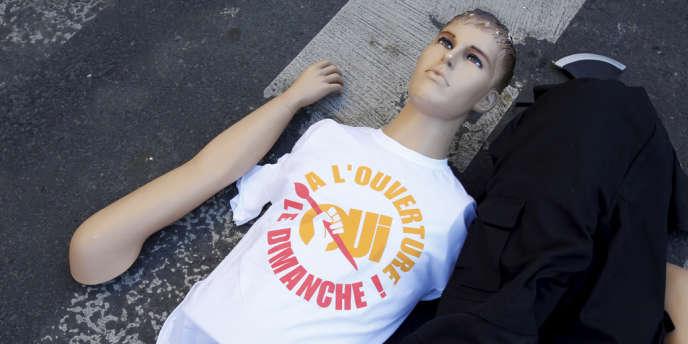 En octobre 2013, lors de la manifestation du collectif des Bricoleurs du dimanche, composé de salariés des magasins de bricolage Castorama et Leroy Merlin, devant le ministère du travail, à Paris.