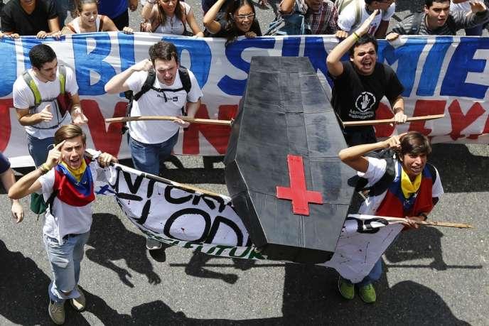Manifestation à Caracas, mercredi 12 février 2014. La police a tiré à balles réelles sur les protestataires, pour la plupart étudiants. Au moins trois personnes sont mortes dans les affrontements avec les forces de l'ordre.