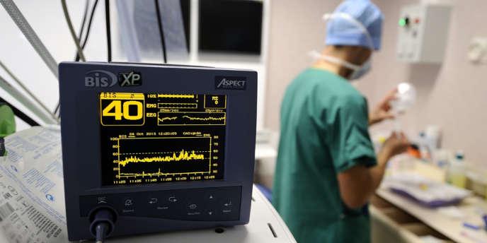 Le tribunal administratif de Strasbourg a autorisé, mardi 8 avril, les médecins d'un patient plongé dans le coma à tenter de le réveiller, malgré l'opposition de son épouse qui craint une « obstination déraisonnable ».