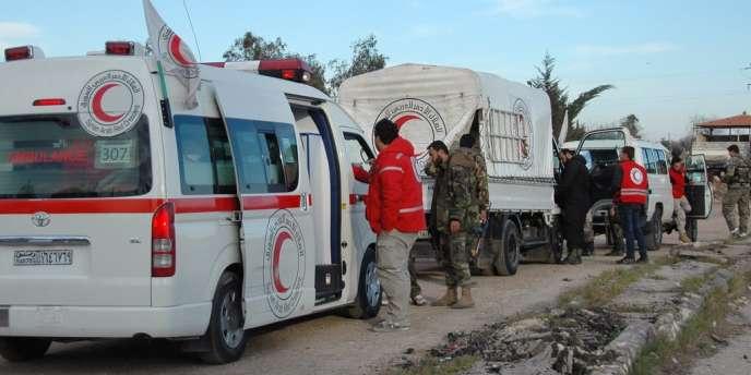 A Homs, des ambulances du Croissant rouge évacuent des civils sous le contrôle des forces gouvernementales.