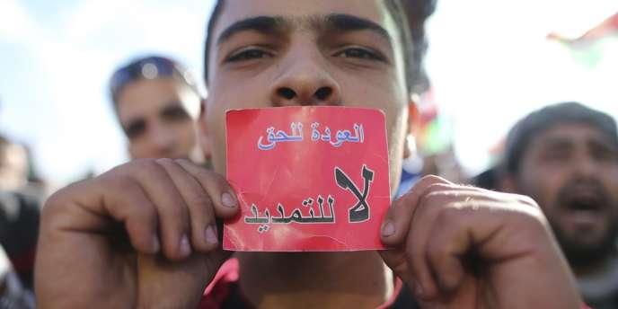 Manifestation à Benghazi contre la décision du Congrès libyen de prolonger son mandat.