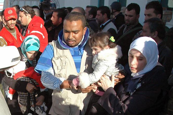 Des civils syriens évacués lors d'une opération humanitaire, à Homs, le 12 février.