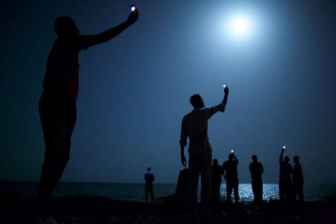 26 février 2013, Djibouti. Des migrants africains tentent de capter le réseau téléphonique somalien (moins cher) depuis Djibouti, pour joindre leurs proches.