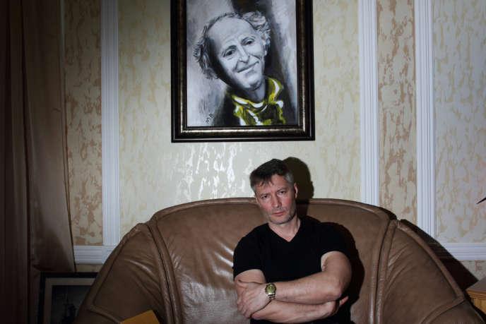 Evgueni Roïzman, dans son bureau où est accroché un tableau représentant le poète Joseph Brodsky, le 31 janvier.