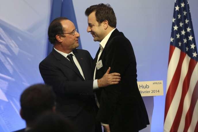 Le « hug » de François Hollande à Carlos Diaz, patron de Kwarter, mercredi 12 février, à San Francisco (Californie).