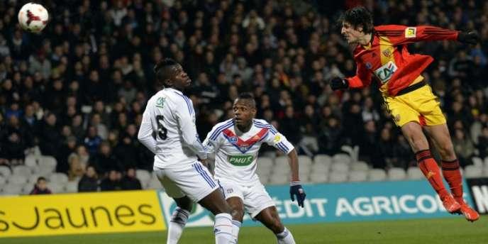 L'Argentin Pablo Chavarria, de Lens, face aux défenseurs de l'OL Samuel Umtiti et Henri Bedimo NSame, le 13 février à Lyon.