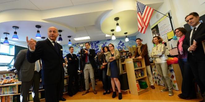 Le ministre des affaires étrangères, Laurent Fabius, en visite dans une école qui a mis en place des programmes d'enseignements bilingues à Brooklyn, à New York, en septembre.