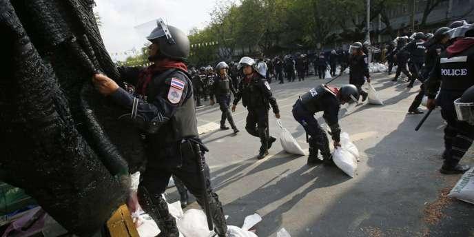 Les policiers antiémeutes ont repris sans réelle résistance vendredi matin les zones autour du siège du gouvernement, que la plupart des manifestants semblaient avoir déserté.