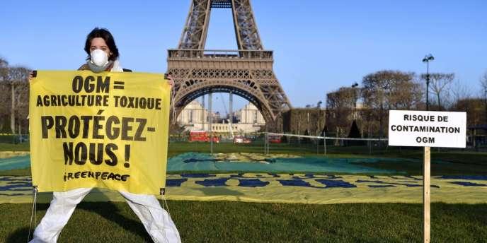 Manifestation de Greenpeace contre les OGM le 12 février 2014 à Paris.