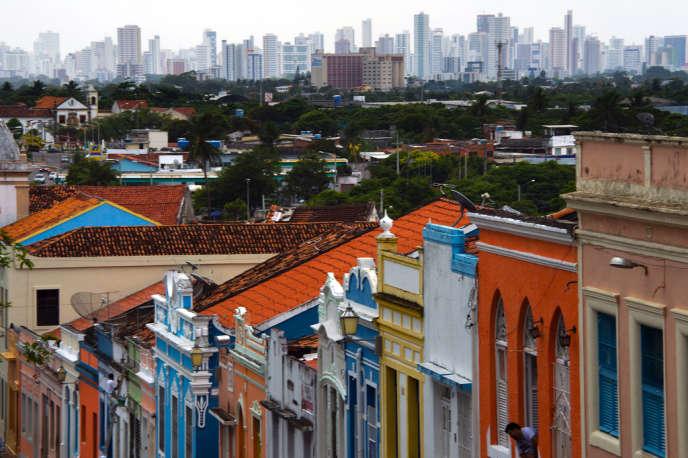 Vue sur une rue d'Olinda et les tours de Recife, en décembre 2012.