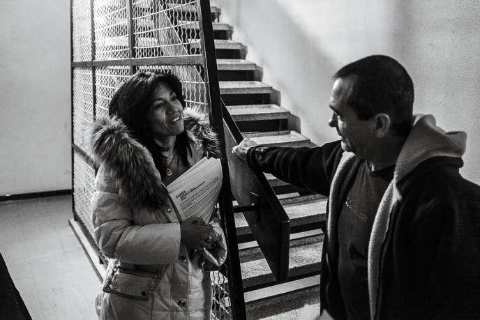 Ce 29 janvier, alors qu'elle entame une tournée de porte-à-porte dans les quartiers Nord, Samia Ghali tombe par hasard sur  une amie d'enfance (en bas,  à gauche). La maire, qui a grandi dans la cité Bassens, connaît  son secteur sur le bout des doigts. Une force, quand on sait que les 15e et 16e arrondissements et ses 300 000 habitants pèsent de plus en plus sur la métropole.